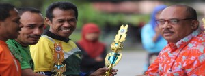 Dekan FAI, Wakil Rektor III dan Dekan Fekon Menerima Piala